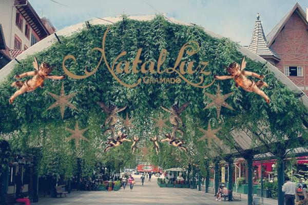 Rua coberta enfeitada para o Natal Luz em Gramado - Roteiro turístico Spazzinitur