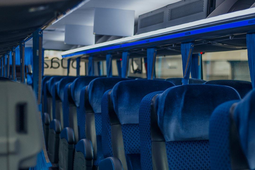 Design agradável com cores calmas para melhorar a experiência da viagem - Frota de ônibus Spazzinitur - DD 8031 e DD8030