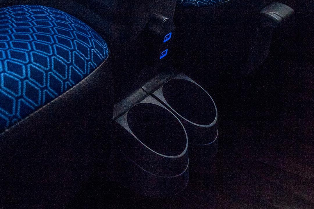 Porta copos e entradas USB individuais - Frota de ônibus Spazzinitur - DD 8031 e DD8030