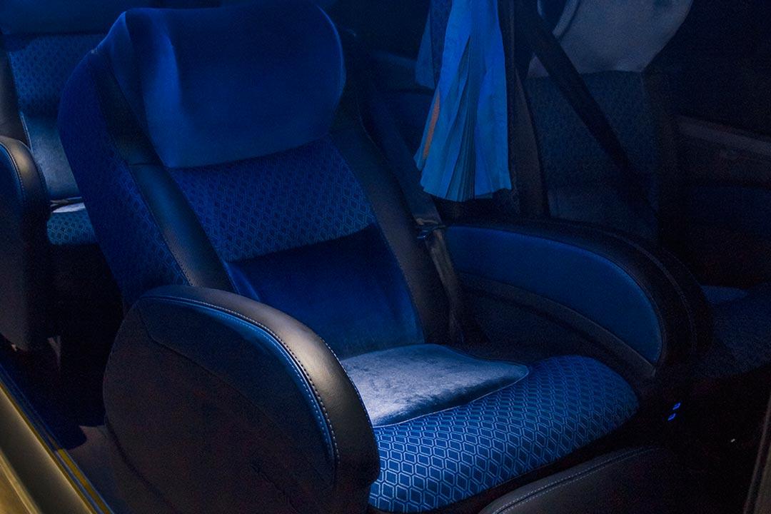 Poltronas amplas com braços acolchoados - Frota de ônibus Spazzinitur - DD 8031 e DD8030